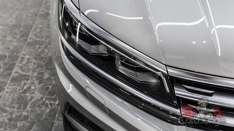 Кузовные работы с автомобилем Volkswagen Tiguan. Применение защитной пленки нескольких видов для внешних молдингов. Работа с радиаторной решеткой: зачистка, подгон и оклеивание противоударным материалом.