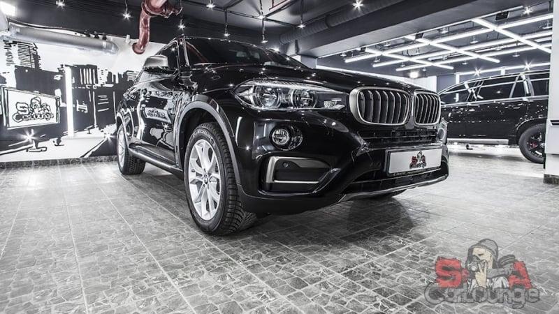 Работа с новеньким автомобилем BMW X6. Нанесение противоударного защитного покрытия с дальнейшей полировкой. Обработка дверных ручек, фар и бампера.