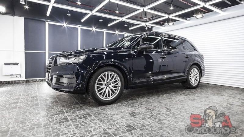 Покрытие кузова автомобиля Audi Q7 защитной полиуретановой пленкой SunTek PPF. Установка защитной сетки на решетку, оклейка фар и дверных ручек.