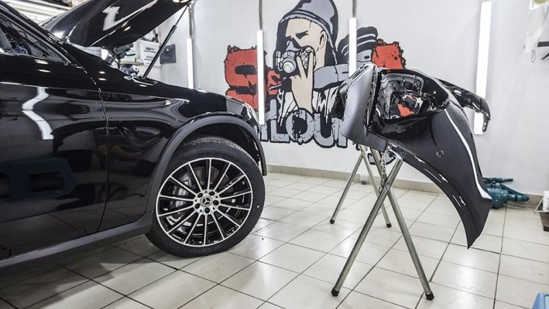 Работа с новым автомобилем Mercedes-Benz GLC 300 Coupe. Нанесение на кузов защитной противоударной пленки. Защита кузова авто