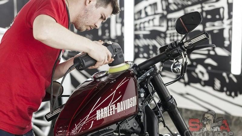 Полировка мотоцикла Harley-Davidson. Нанесение защитной пленки на бак и другие детали мотоцикла. Оклеивание бензобака стык в стык