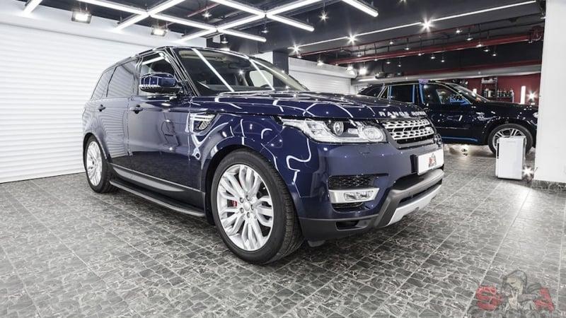 Комплексная работа с автомобилем Range Rover Sport. Предварительная мойка экстерьера и ходовой части авто. Последующее нанесение защитной пленки на кузов машины
