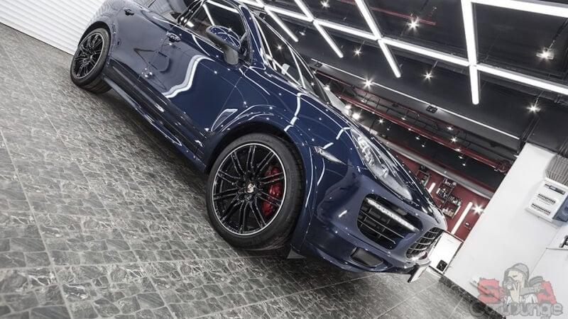 Полировочные работы с кузовом автомобиля Porsche Cayenne. Проработка мелких деталей, ликвидация мелких царапин и сколов. Последующее нанесение защитного слоя керамики