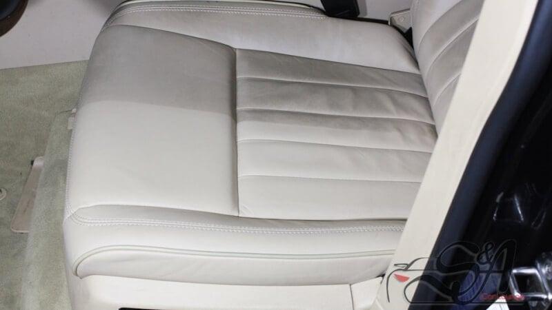 Многоуровневая химчистка белого салона Volkswagen Touareg. Консервация кожаных сидений, чистка хрома