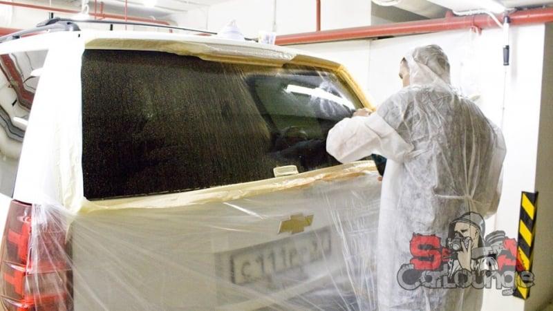Полировка заднего стекла автомобиля Chevrolet Tahoe. Удаление специальными составами царапин с поверхности стекла