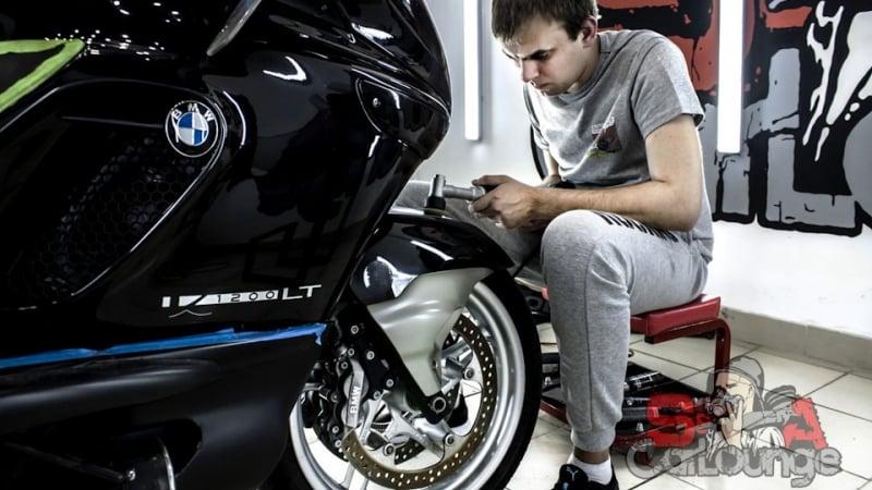 Комплексный подход к чистке мотоцикла BMW K 1200LT. Химчистка сиденья, подвески, восстановление ветрового стекла и многоэтапная полировка