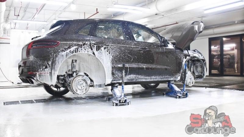 Работа с автомобилем Porsche Macan. Полная чистка салона, экстерьера, подвески и финальное покрытие керамикой всего кузова.