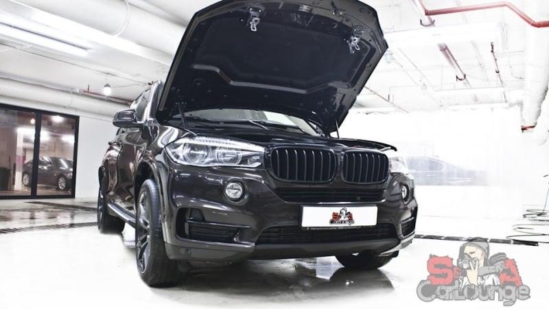 Капитальная мойка дизельного ДВС автомобиля BMW X5 в кузове F15. Разбор подкапотного пластика, герметизация отверстий, чистка двигателя и последующая консервация.