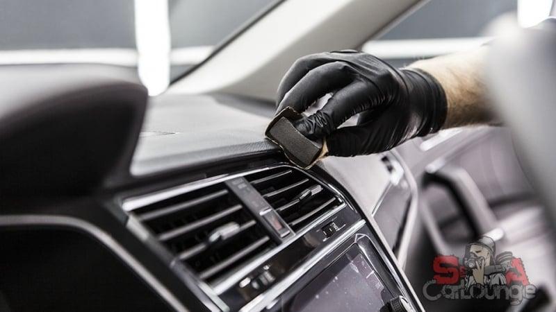 Работа с новым автомобилем Volkswagen Tiguan. Нанесение защитного состава на салонный пластик и кожаные сиденья. Обработка дисков и кузова машины.