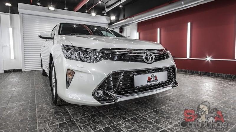 Обработка нового автомобиля Toyota антигравийной пленкой. Оклейка передней части кузова и оптики. Защита керамикой Everglass не оклеенных деталей.
