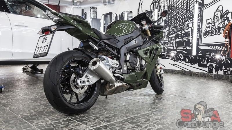 Восстановительные работы по покрытию мотоцикла BMW S1000RR. Удаление царапин и потертостей, нанесение кварцево-керамического покрытия CQuartz и поклейка пленки.