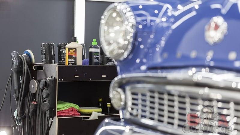 Кузовные работы с раритетным автомобилем отечественного производства Москвич 403. Предварительная зачистка верхнего слоя покрытия, шлифовка с последующим нанесением восстановительных и защитных составов